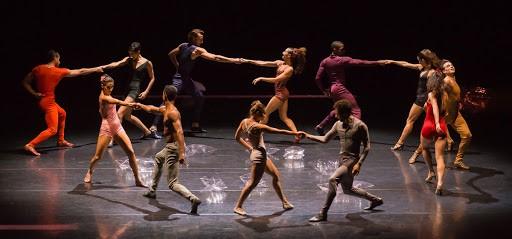 bailarinos dançando