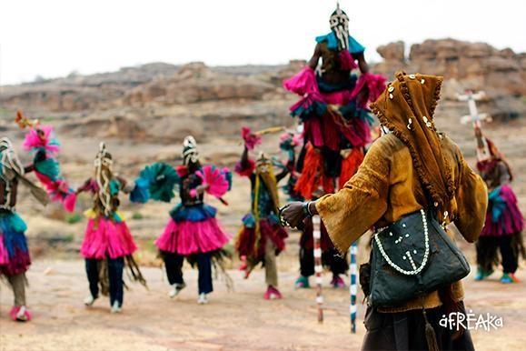 Apresentação de dança Dogon. Mali. Fonte: Geledes arte africana