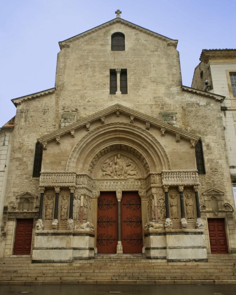 Fachada da igreja da Saint Trophime, em Arles, exemplo de arte românica