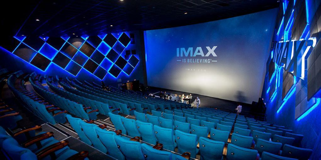 As salas de cinema hoje são verdadeiros templos da tecnologia áudio visual. Com telas alcançando resoluções de 10.000 por 7.000 pixels.