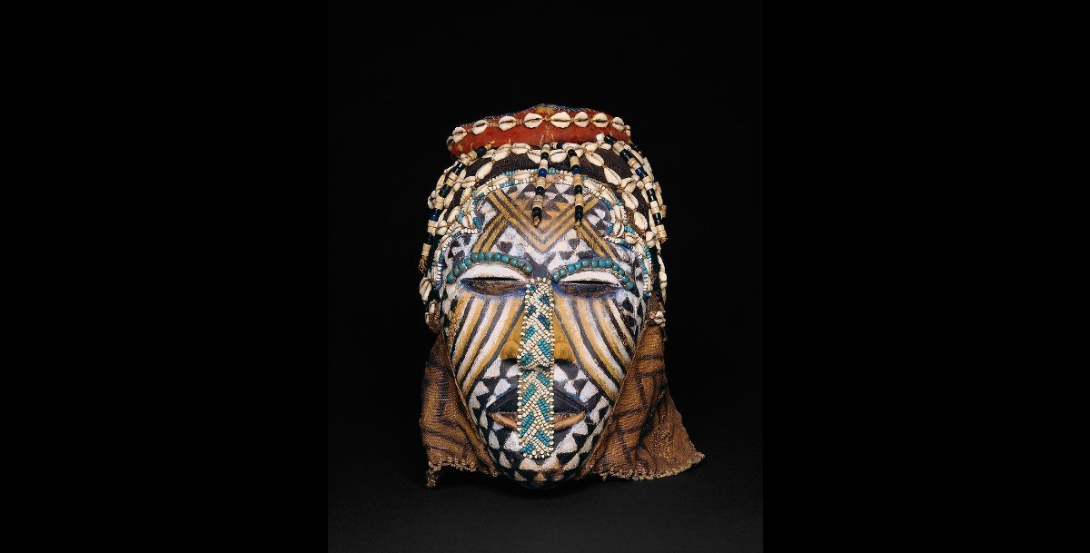 Máscara Ngady Mwaash aMbooy confeccionada em madeira, contas, conchas e tecido. fonte: Artic Eu. arte africana