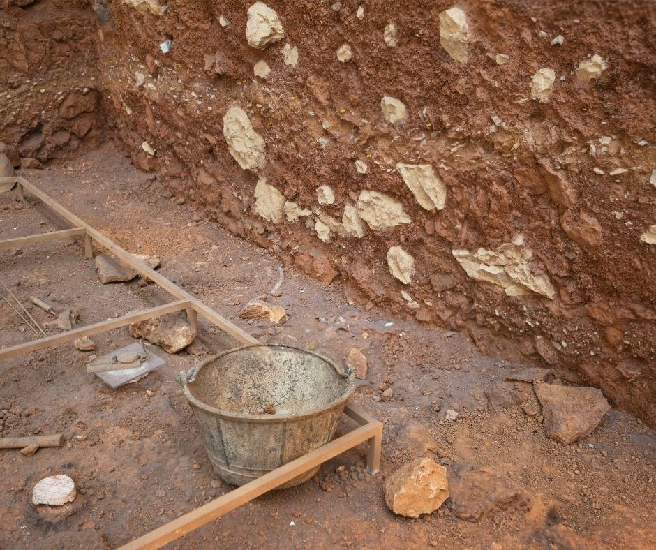Objetos e restos podem ser analisados pela técnica de datação por carbono-14 para determinar a idade aproximada dos vestígios.