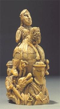 Saleiro altamente adornado com diferentes figuras.