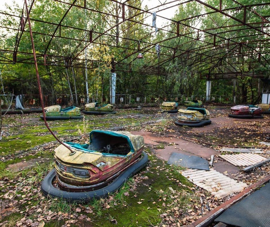 Fotografia de um parque de diversões abandonado em Pripryat, na Ucrânia, após o acidente nuclear
