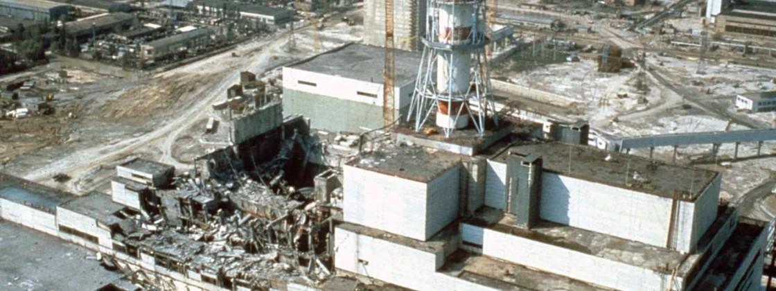 Fotografia da Usina de Chernobyl parcialmente destruída após a explosão do reator 4 em 1986. Fonte da imagem: tecmundo.com.br