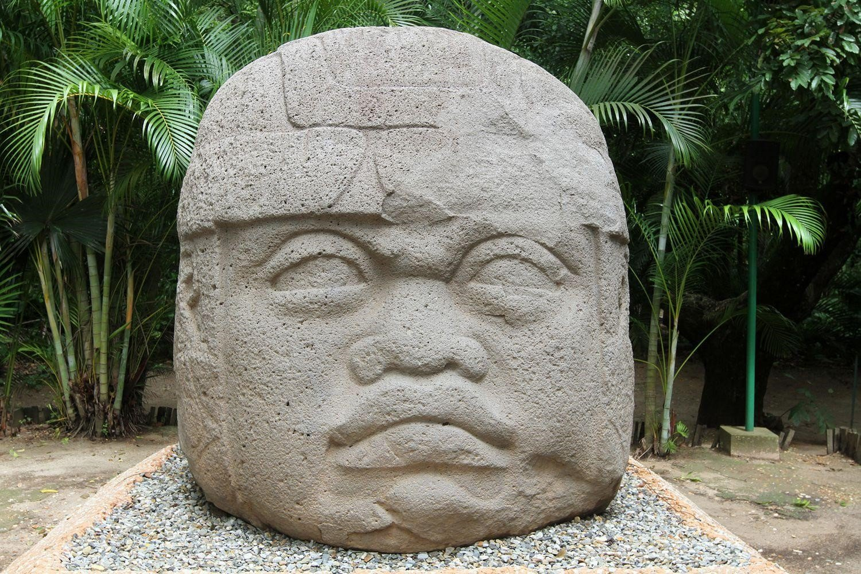 Cabeça colossal do povo olmeca da arte pré-colombiana (850 a.C-700 a.C). (fonte: site greelane)