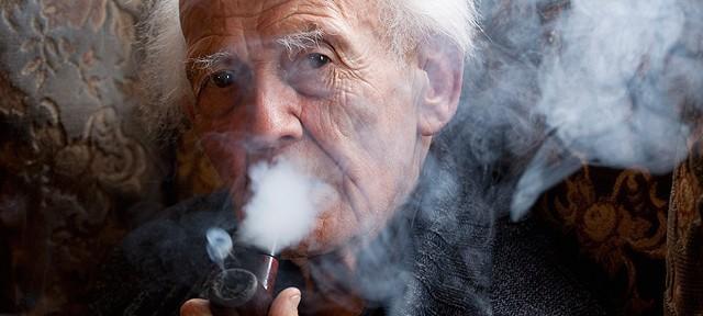Retrato de Zygmunt Bauman. Não parece, mas esse velhinho simpático se juntou ao Exército Vermelho, combatendo os nazistas durante a Segunda Guerra Mundial.