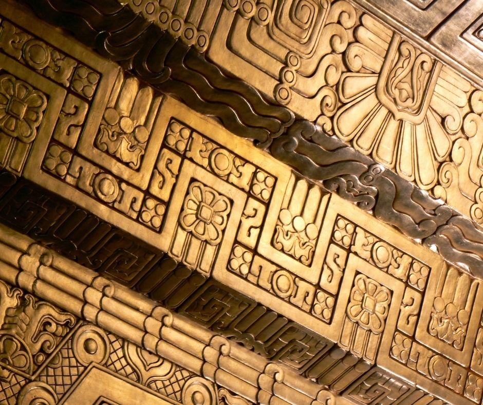 Fotografia do teto ricamente adornado de um construção maia. Fonte da imagem: Getty Images.