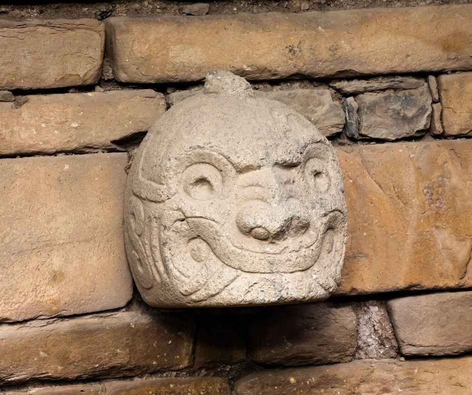 Cabeça esculpida em pedra em um templo Chavin. Fonte da imagem: Getty Images.