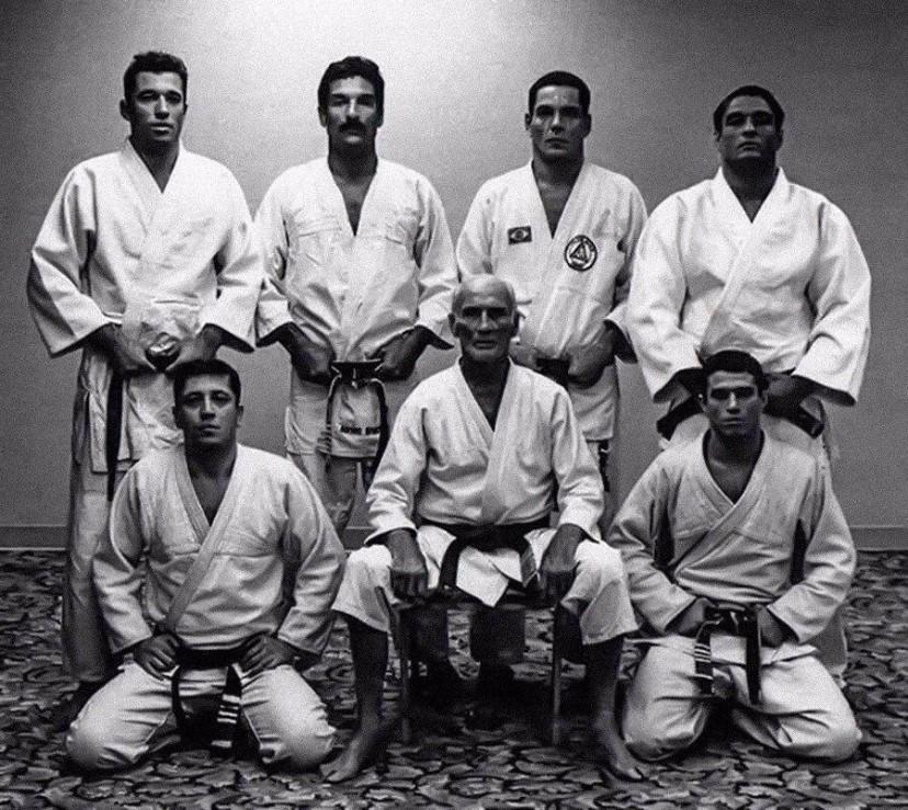 Fotografia de alguns membros da família Gracie praticantes de artes marciais