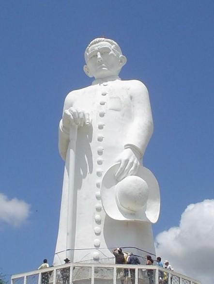 Fotografia colorida de 28 de setembro de 2006, de autoria de Lourenço Torres, mostrando a grande estátua do Padre Cícero em Juazeiro do Norte, no Estado do Ceará.