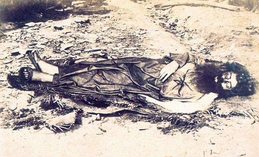 fotografia do corpo de Antônio Conselheiro, em 1897. Líder de um dos movimentos messiânicos mais famosos do Brasil
