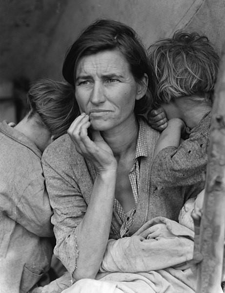 mãe migrante. Fotografia de Dorothea Lange, de 1936, retratando Florence Owens Thompson com três de seus sete filhos em situação de vulnerabilidade econômica e social devido à crise econômica de 1929.