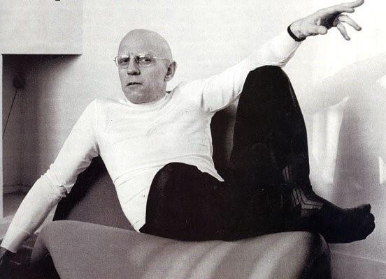 Sexy sem ser vulgar, segundo Foucault: 'só resta encobrir-se; o decoro das atitudes esconde os corpos, a decência das palavras limpa os discursos. E se o estéril insiste, e se mostra demasiadamente, vira anormal: receberá este status e deverá pagar as sanções.'