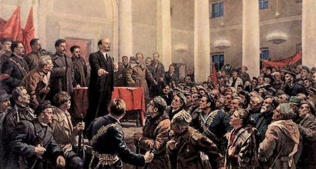 Lenin discursa para um grupo de soldados